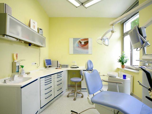 Behandlungszimmer der Zahnarztpraxis Uta Rusch in Schönebeck (Elbe).